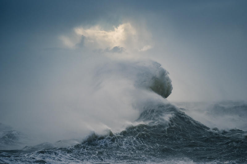 Waves and spindrift during Storm Imogen