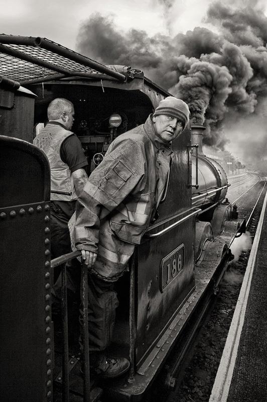 No186 Departs - Black & White