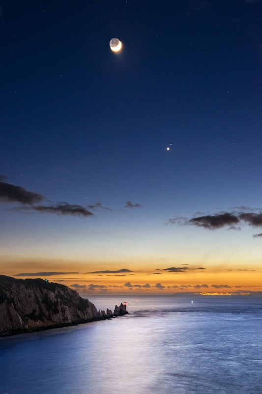 z2644 The Moon, Venus and Mars over the Needles at Dusk - Freshwater Bay to Colwell Bay
