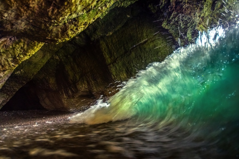 z2767 Wave in a Cave, IOW West Coast - Freshwater Bay to Colwell Bay