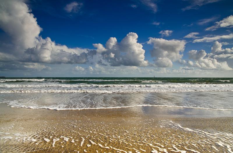 z2133 Showery Day, Sandown Beach - Sandown, Shanklin, Luccombe and Wroxall
