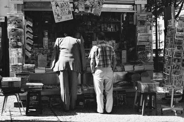 Newstand (Lisbon) - People