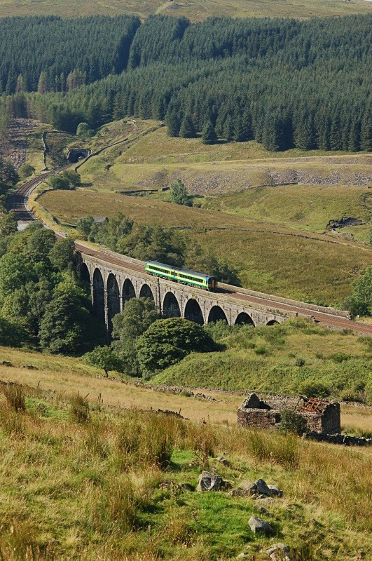 10.8.07 158784 08.49 Carlisle - Leeds, Dent Head viaduct - Dent Head