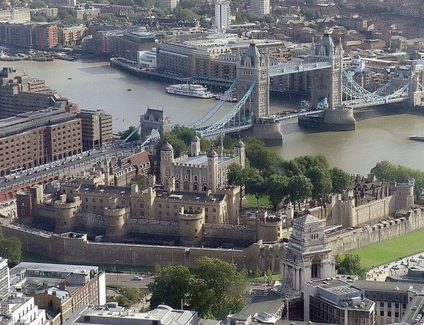 Distance view of the Tower of London and Tower Bridge - Royal London Tour