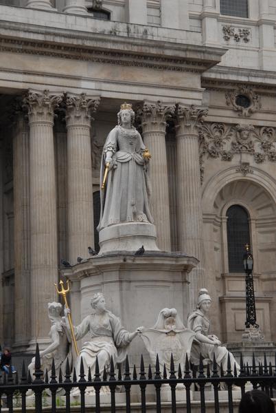 Queen Victoria Statue - Royal London Tour