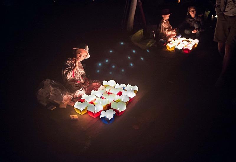 Hoi An - lantern sellers - Vietnam January 2013
