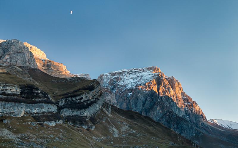 sunset and moonrise over gyzyl gyaya