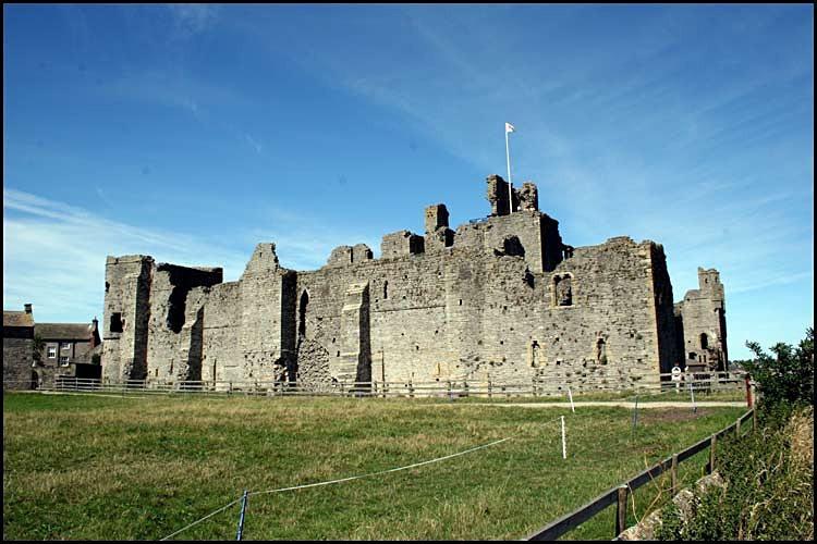 middleham castle 1 - Middleham Castle
