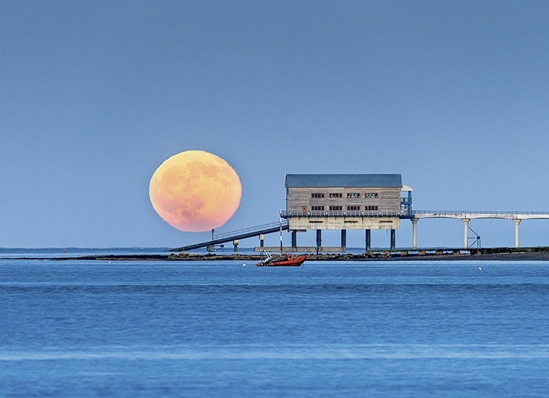 1549 Strawberry Moonrise Bembridge Lifeboat Station - The Isle of Wight at Night landscapes