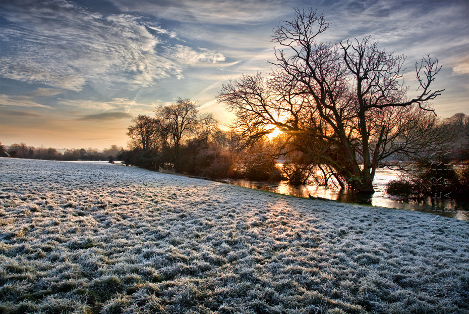 Crisp landscape image of the River Windrush on a winters sunrise