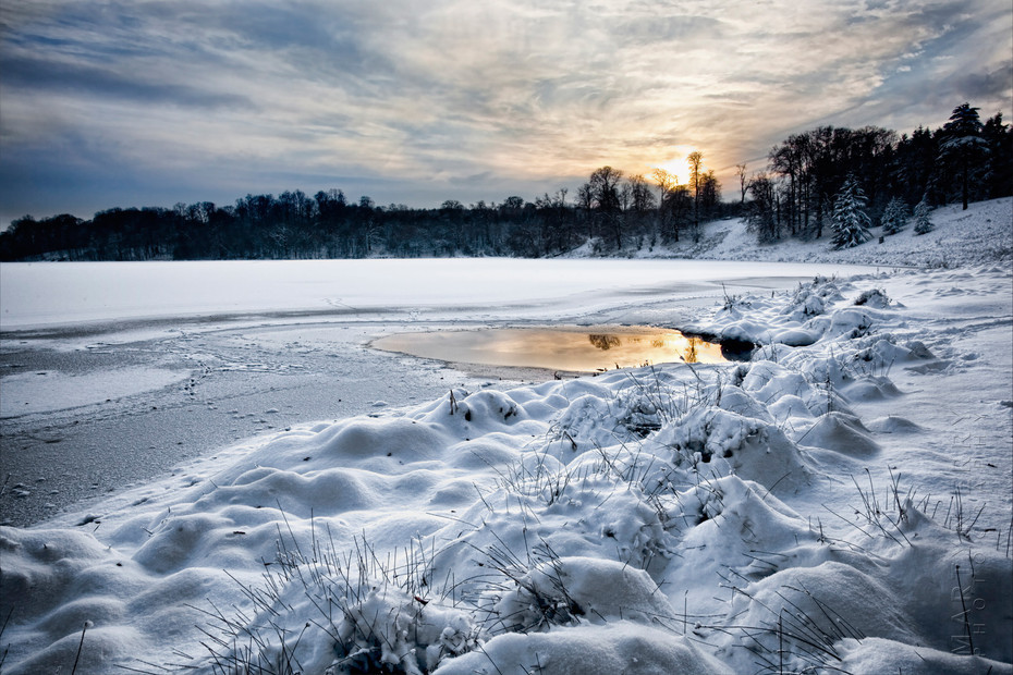 Sunset photograph of a frozen lake at Blenheim Palace Woodstock