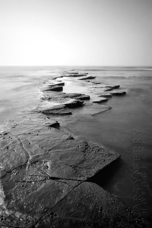 Striking photograph of Kimmeridge rocks and ocean