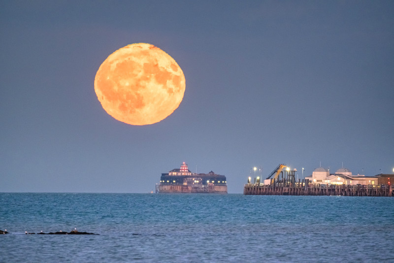 z3123 The Rising Harvest Moon over the Solent - East Cowes to Ryde inc Haventstreet, Ashey