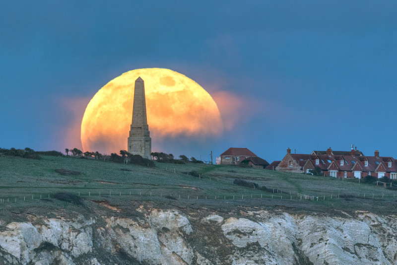 z3169 Supermoon rising over Yarborough Monument Culver Down - Latest Photos