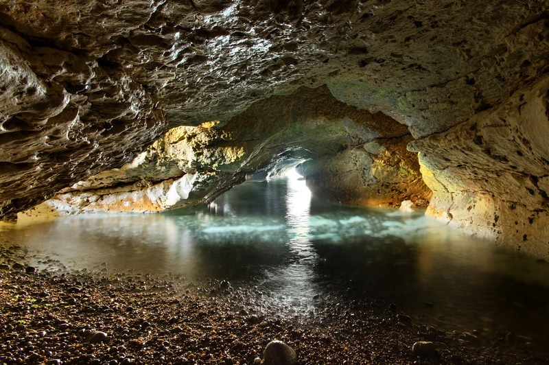 z2227 Caverns and Caves of Watcombe Bay - Freshwater Bay to Colwell Bay