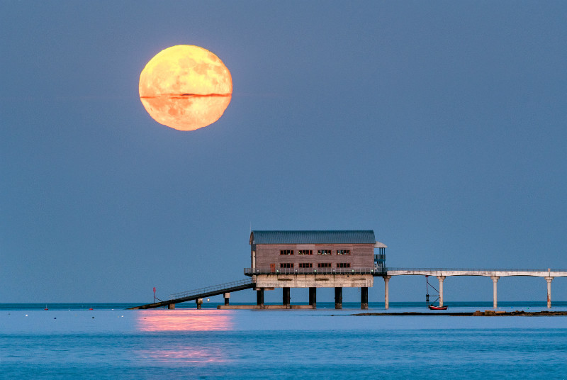 z3068 Moonrise over Bembridge Lifeboat Station - Seaview to Bembridge, Whitecliff Bay and Brading