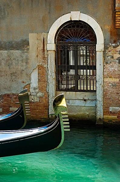 Gondola and Arch - Travel